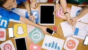 icone social su un tavolo di lavoro